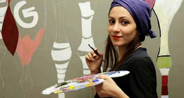 پردیس منوچهری در حال نقاشی کشیدن